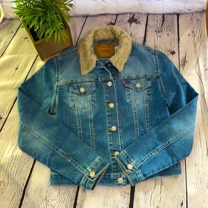 Levi Jean jacket Small with faux fur color
